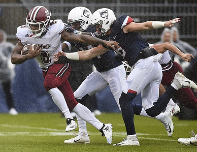 uconn-football-falls-to-umass-after-defense-falters-late