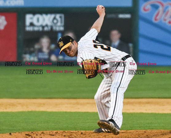 051817 Wesley Bunnell | Staff New Britain Bees vs the Bridgeport Bluefish on Thursday evening. Chris Hayes (26).