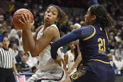 walker-leads-no-4-uconn-womens-basketball-in-rout-of-notre-dame