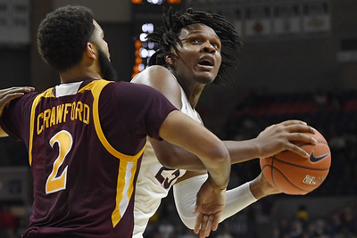 upperclassmen-carried-uconn-mens-basketball-to-win-over-iona