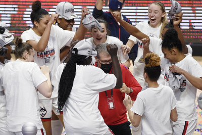 bueckers-continues-to-shine-for-uconn-womens-basketball