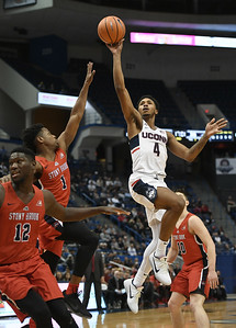 adams-leads-uconn-mens-basketball-to-win-over-stony-brook