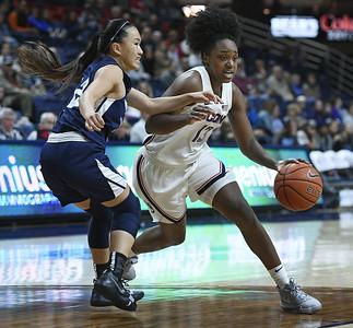 uconn-womens-basketball-freshman-williams-earning-auriemmas-trust