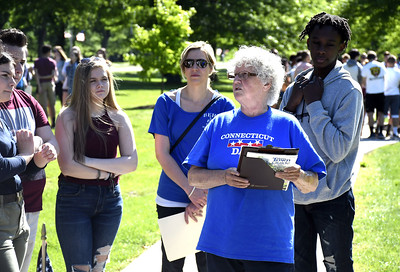 students-get-a-history-lesson-during-memorial-boulevard-tour