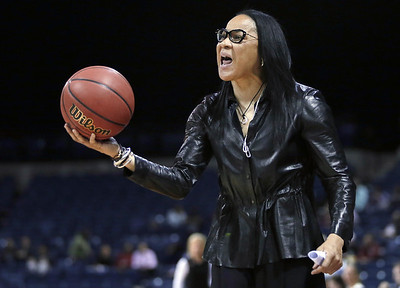 south-carolina-womens-basketball-coach-staley-dealing-with-controversy-as-team-prepares-to-take-on-uconn