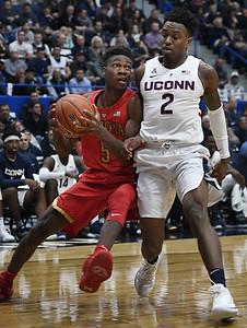arizona-manages-to-hold-off-uconn-mens-basketball-over-final-minutes