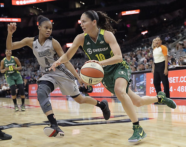 former-uconn-womens-basketball-guard-jefferson-persevering-through-san-antonio-stars-rough-season